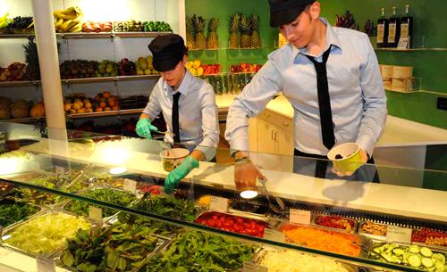 A venezia un fast food della salute che serve verdure e for Idee per arredare un negozio di frutta e verdura