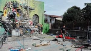 """Lo street artist Bordalo II autore della scultura """"Riccio"""", simbolo del Parco Colli Euganei, trasforma l'ex Deposito Corriere Sita di Este."""