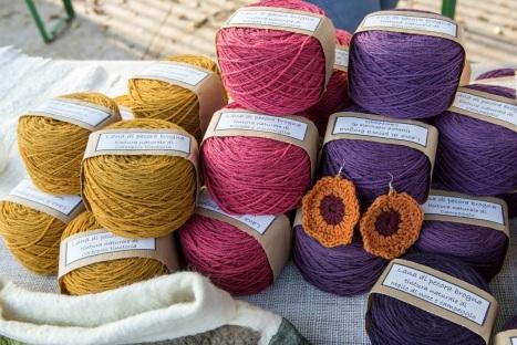 Filati ottenuti con lana di Brogna e tinti con colori naturali